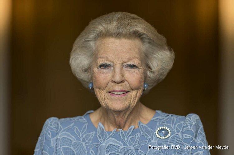 Prinses Beatrix bij opening tentoonstelling ARMANDO in Wassenaar