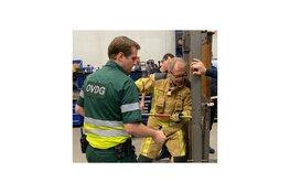 Burgemeester Leendert de Lange oefent mee met de Wassenaarse brandweer
